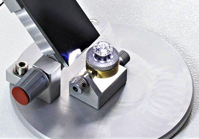 Проверка драгоценных камней с помощью микроскопа